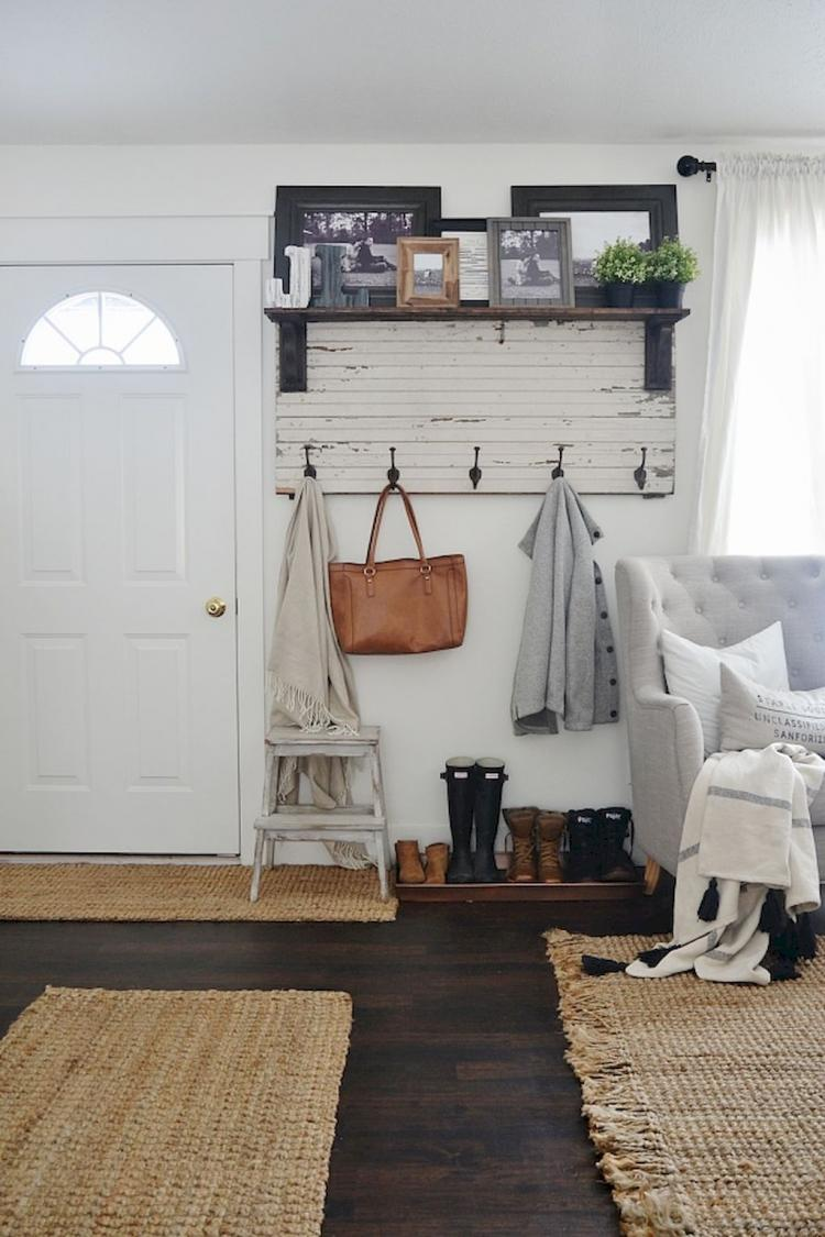 70 best farmhouse entryway decorating ideas for Farmhouse mudroom ideas